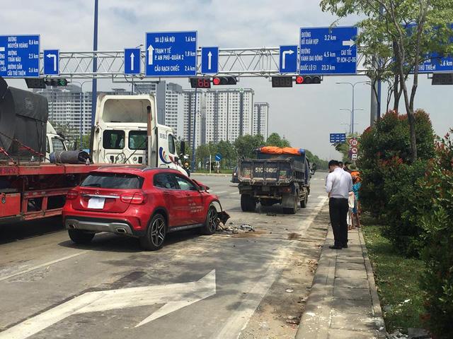Sài Gòn: Húc đuôi ô tô tải đang chờ đèn đỏ, Mercedes-Benz GLA của đại lý nát đầu - Ảnh 1.