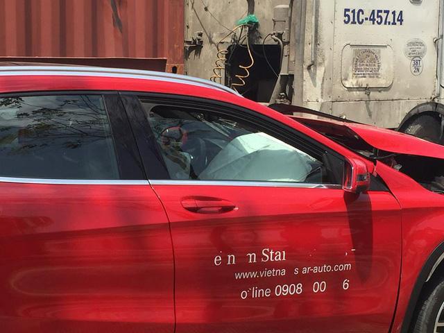 Sài Gòn: Húc đuôi ô tô tải đang chờ đèn đỏ, Mercedes-Benz GLA của đại lý nát đầu - Ảnh 2.