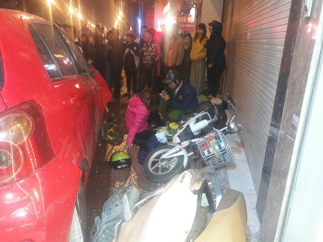 Toyota Yaris gây tai nạn liên hoàn tại Hà Nội, ít nhất 6 người bị thương - Ảnh 2.