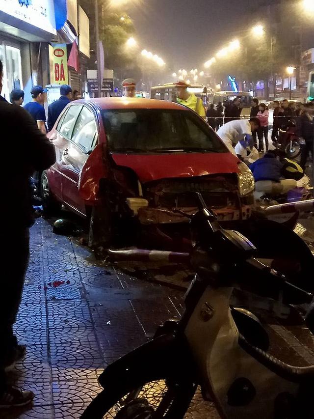 Toyota Yaris gây tai nạn liên hoàn tại Hà Nội, ít nhất 6 người bị thương - Ảnh 4.