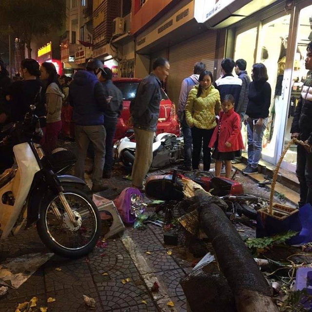 Toyota Yaris gây tai nạn liên hoàn tại Hà Nội, ít nhất 6 người bị thương - Ảnh 8.