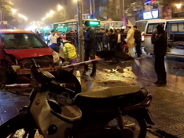 Toyota Yaris gây tai nạn liên hoàn tại Hà Nội, ít nhất 6 người bị thương - Ảnh 9.