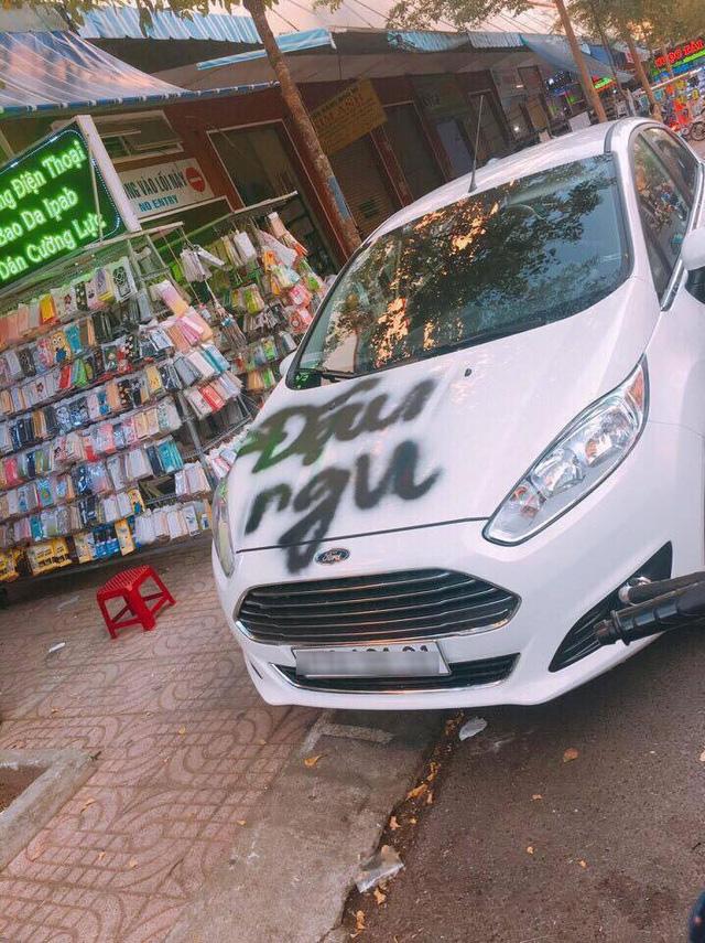 Đắk Lắk: Ford Fiesta bị xịt sơn lên nắp capô vì đỗ chắn cửa - Ảnh 1.