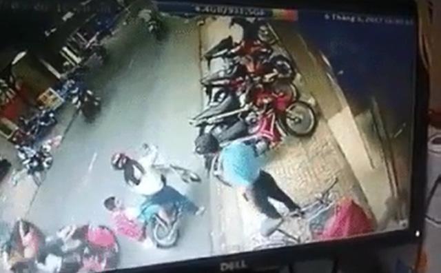 Hà Nội: Mẹ bất cẩn để con ngã xuống đường, bị xe máy đâm bất tỉnh - Ảnh 2.