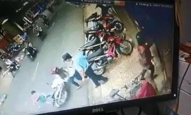 Hà Nội: Mẹ bất cẩn để con ngã xuống đường, bị xe máy đâm bất tỉnh - Ảnh 3.