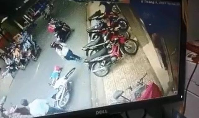 Hà Nội: Mẹ bất cẩn để con ngã xuống đường, bị xe máy đâm bất tỉnh - Ảnh 4.