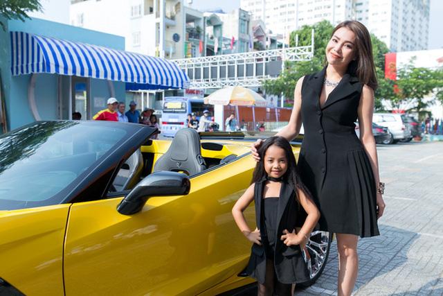 Trà Ngọc Hằng lái Chevrolet Corvette C7 Z06 Convertible tiền tỷ đi họp báo - Ảnh 2.