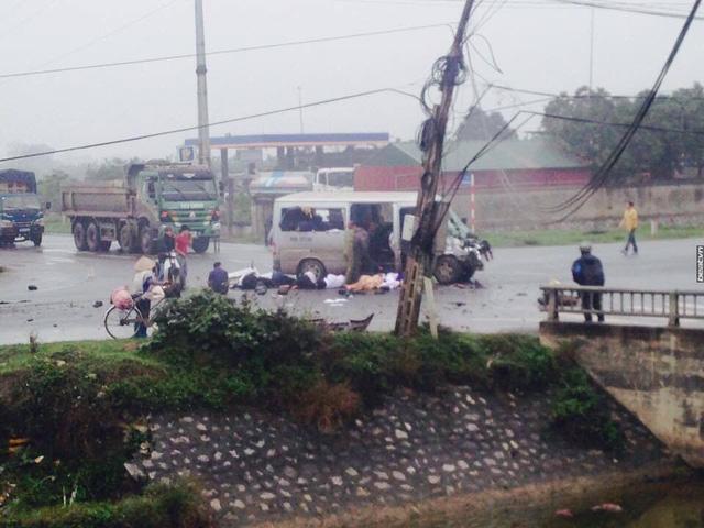 Hà Nam: Xe đi đón dâu va chạm với ô tô tải, 17 người thương vong - Ảnh 1.