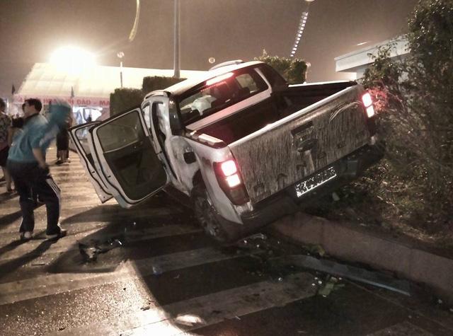 Quảng Ninh: Va chạm với Toyota Land Cruiser Prado, xe bán tải Ford Ranger Wildtrak nát đầu - Ảnh 1.