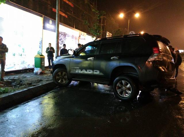 Quảng Ninh: Va chạm với Toyota Land Cruiser Prado, xe bán tải Ford Ranger Wildtrak nát đầu - Ảnh 2.