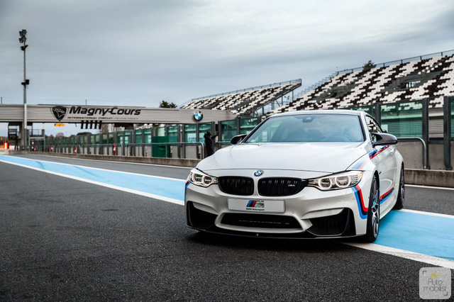 Mua BMW M4 đặc biệt được cho không siêu mô tô S1000RR 2017 và đồng hồ đeo tay - Ảnh 6.