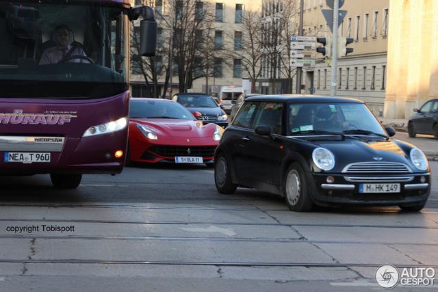 Bắt gặp Bugatti Chiron của cựu chủ tịch Volkswagen trên đường không giới hạn tốc độ - Ảnh 3.