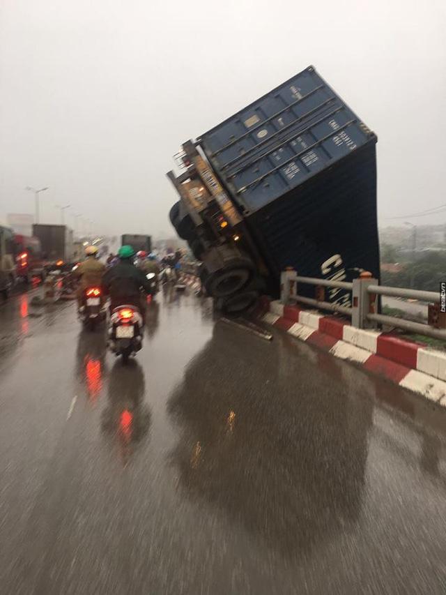 Tai nạn liên hoàn tại cầu Thanh Trì, một xe container cắm đầu xuống đất - Ảnh 4.