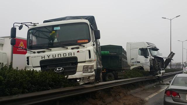 Tai nạn liên hoàn tại cầu Thanh Trì, một xe container cắm đầu xuống đất - Ảnh 5.