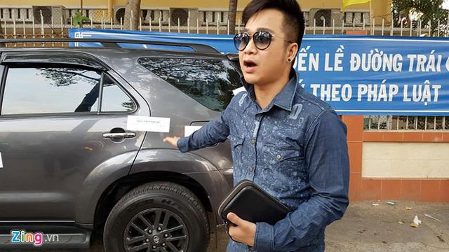 Toyota Fortuner của ca sỹ Quách Tuấn Du bị đưa về phường vì lấn chiếm vỉa hè - Ảnh 1.