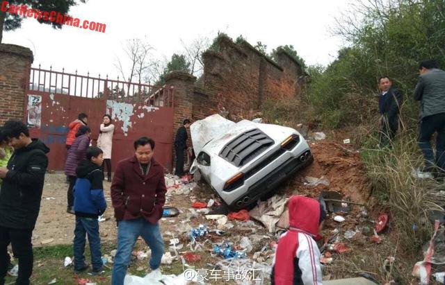 Siêu xe Lamborghini Huracan mất lái, đâm vào bãi rác - Ảnh 1.