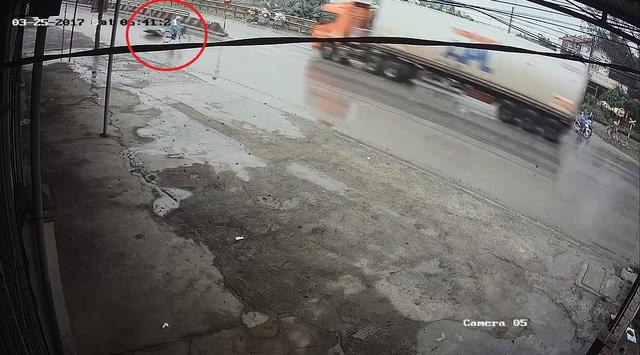 Video cô gái gây tai nạn cho người phụ nữ đạp xe qua đường rồi bỏ đi gây tranh cãi - Ảnh 5.