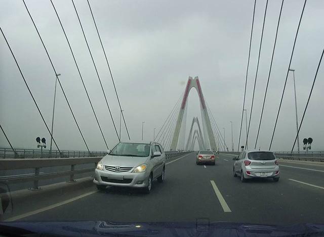 Video 5 ô tô nối đuôi nhau chạy ngược chiều trên cầu Nhật Tân - Ảnh 2.