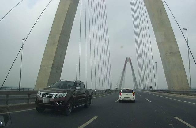 Video 5 ô tô nối đuôi nhau chạy ngược chiều trên cầu Nhật Tân - Ảnh 4.