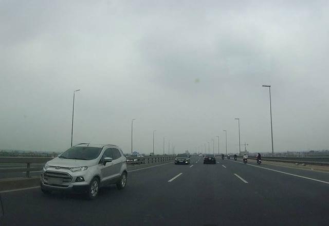 Video 5 ô tô nối đuôi nhau chạy ngược chiều trên cầu Nhật Tân - Ảnh 5.