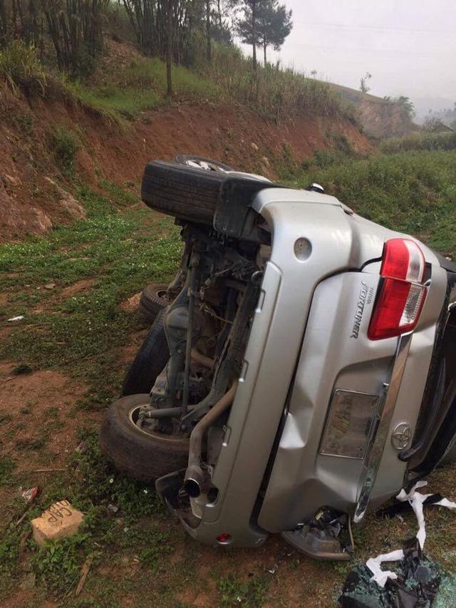 Toyota Fortuner lật nghiêng tại Sơn La, hư hỏng nặng - Ảnh 1.
