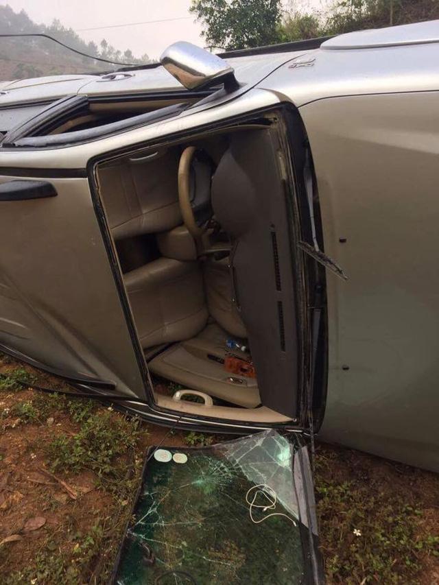 Toyota Fortuner lật nghiêng tại Sơn La, hư hỏng nặng - Ảnh 2.