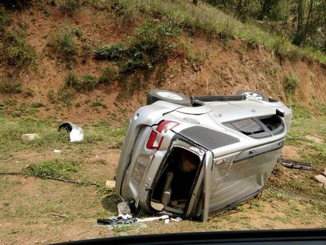 Toyota Fortuner lật nghiêng tại Sơn La, hư hỏng nặng - Ảnh 3.