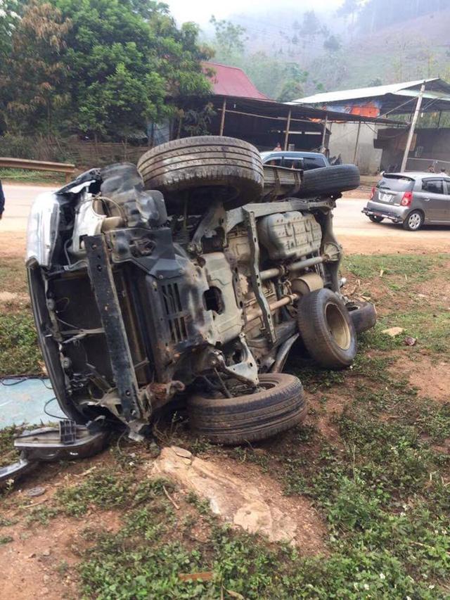 Toyota Fortuner lật nghiêng tại Sơn La, hư hỏng nặng - Ảnh 4.