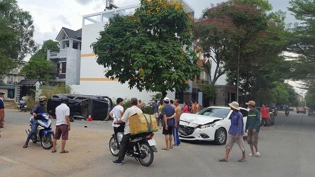 Toyota Fortuner lật nghiêng tại Sơn La, hư hỏng nặng - Ảnh 6.
