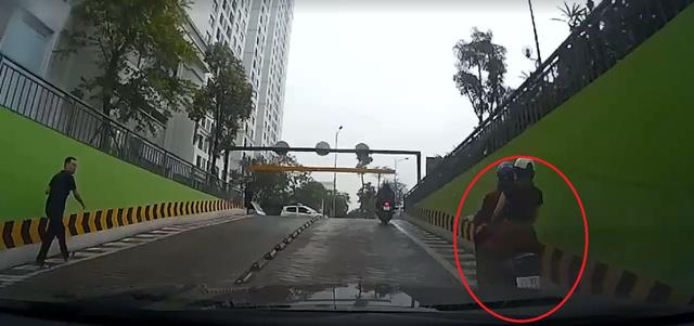 Video cô gái đang lái xe máy leo dốc bỗng tạt đầu ô tô khiến cư dân mạng tranh cãi - Ảnh 2.