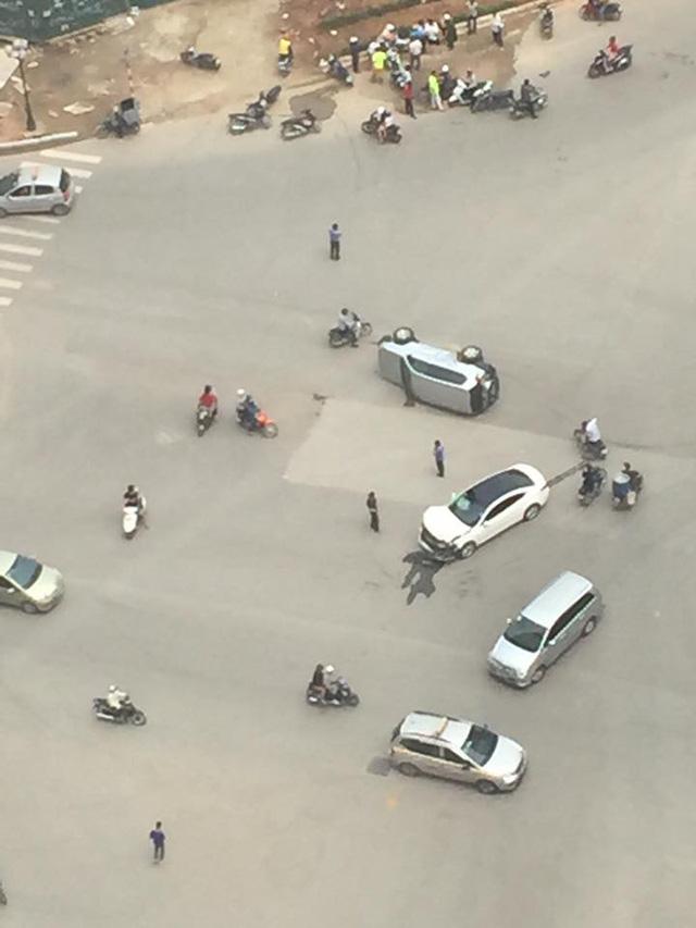 Hà Nội: Nữ tài xế lái Mazda6 đâm lật Toyota Land Cruiser Prado - Ảnh 1.