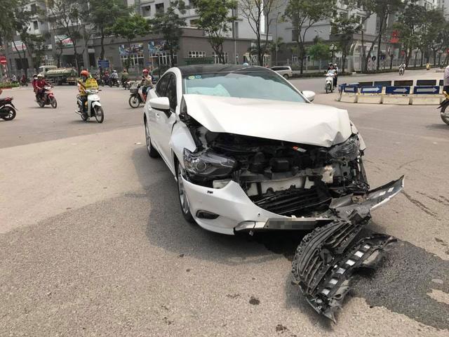 Hà Nội: Nữ tài xế lái Mazda6 đâm lật Toyota Land Cruiser Prado - Ảnh 3.
