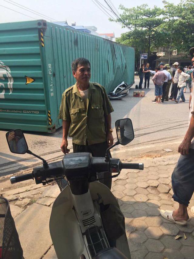 Nam Định: Xe container lật ngang, đè nát Toyota Yaris, ít nhất 2 người tử vong - Ảnh 5.
