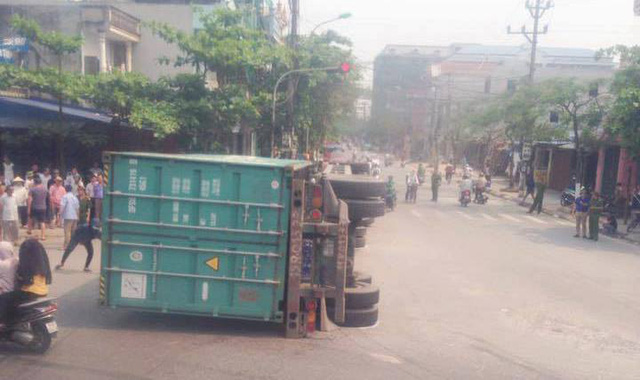 Nam Định: Xe container lật ngang, đè nát Toyota Yaris, ít nhất 2 người tử vong - Ảnh 3.