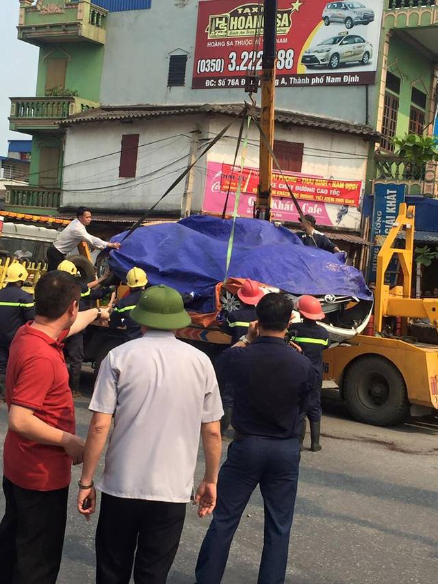 Nam Định: Xe container lật ngang, đè nát Toyota Yaris, ít nhất 2 người tử vong - Ảnh 6.