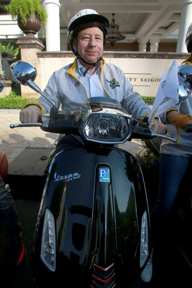Dương Tử Quỳnh tham dự diễu hành bằng xe Vespa để tuyên truyền an toàn giao thông tại Việt Nam - Ảnh 2.