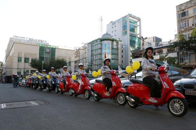 Dương Tử Quỳnh tham dự diễu hành bằng xe Vespa để tuyên truyền an toàn giao thông tại Việt Nam - Ảnh 5.