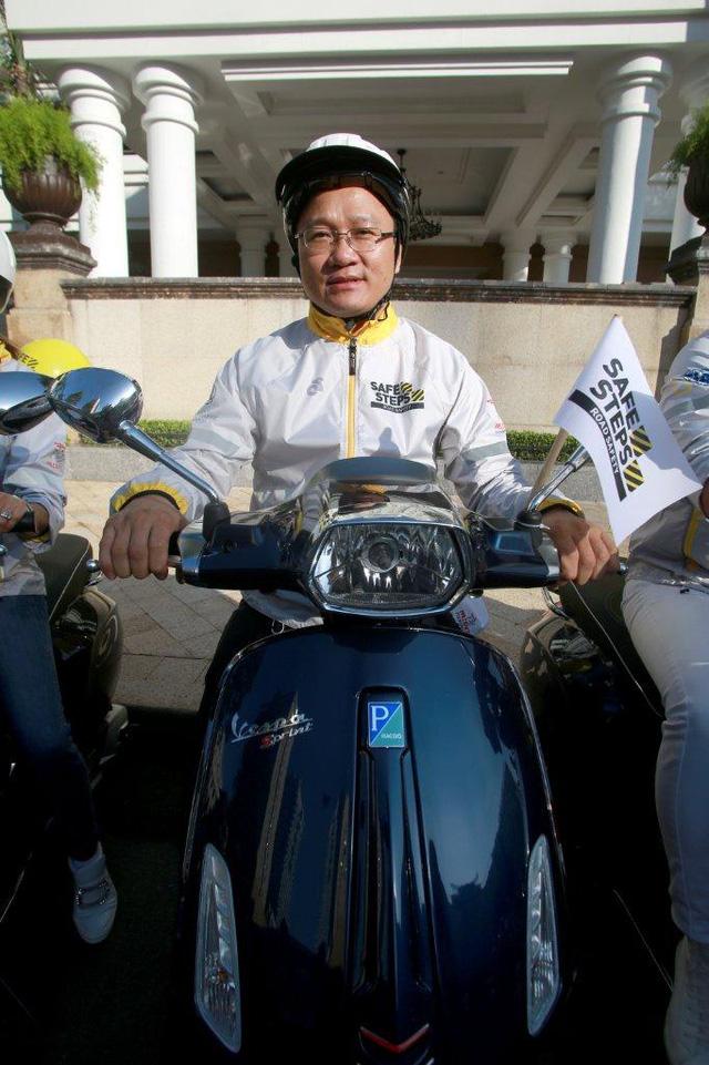 Dương Tử Quỳnh tham dự diễu hành bằng xe Vespa để tuyên truyền an toàn giao thông tại Việt Nam - Ảnh 6.