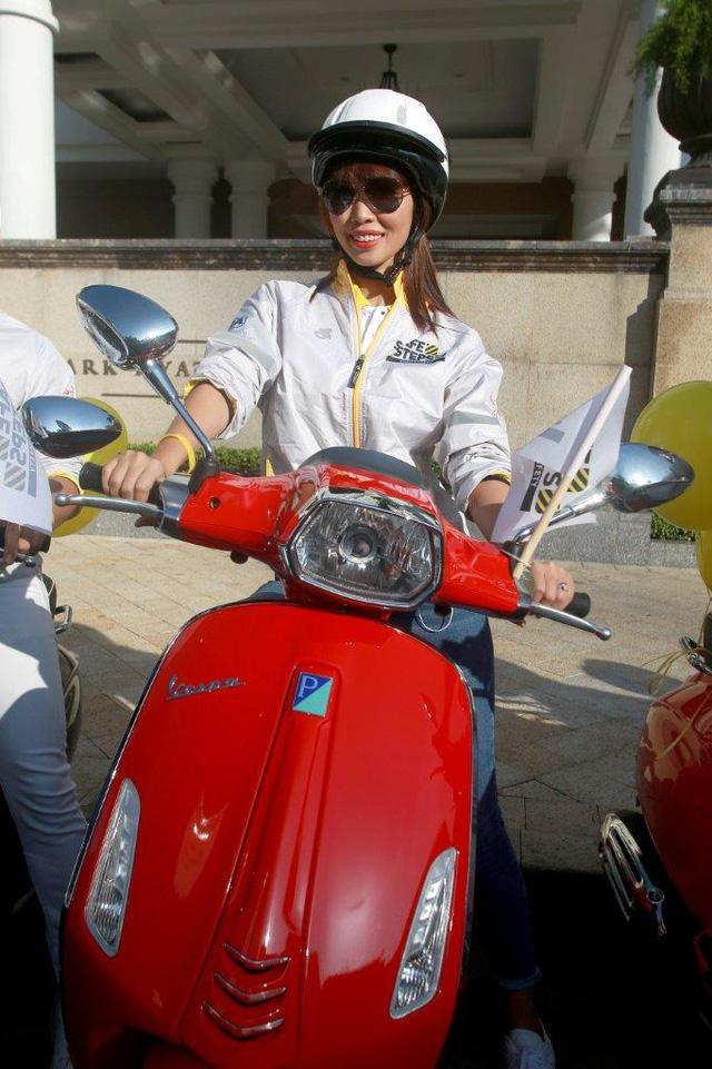 Dương Tử Quỳnh tham dự diễu hành bằng xe Vespa để tuyên truyền an toàn giao thông tại Việt Nam - Ảnh 7.