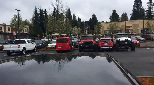 Cặp đôi Jeep dạy cho Mercedes-Benz GLA cách đỗ đúng chỗ - Ảnh 2.