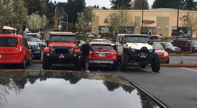Cặp đôi Jeep dạy cho Mercedes-Benz GLA cách đỗ đúng chỗ - Ảnh 4.