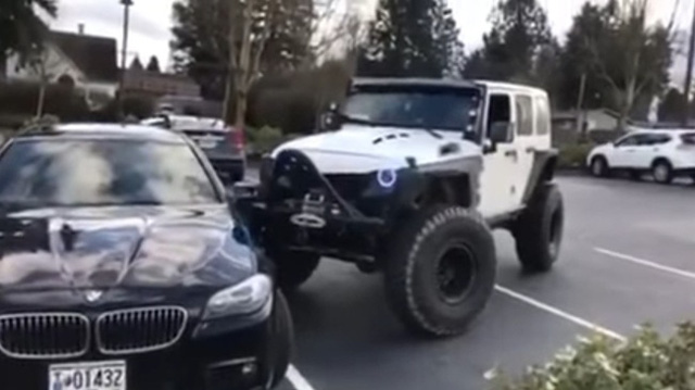 Cặp đôi Jeep dạy cho Mercedes-Benz GLA cách đỗ đúng chỗ - Ảnh 6.
