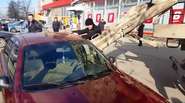 Người đàn ông đổ bê tông vào nội thất ô tô của vợ để trả thù - Ảnh 2.