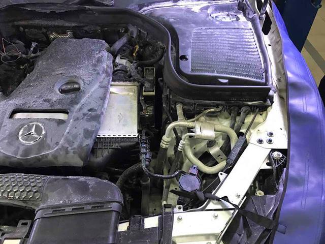 Mercedes-Benz Việt Nam nói gì về vụ khoang động cơ của GLC300 bốc cháy? - Ảnh 2.