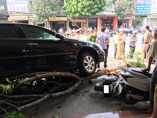 Video Toyota Camry lùi như bay, húc đổ 8 xe máy và cuốn cô gái vào gầm tại Thanh Hóa - Ảnh 2.