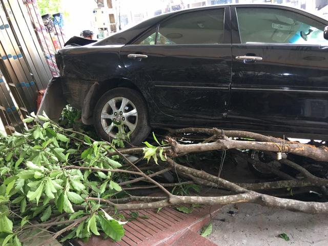 Video Toyota Camry lùi như bay, húc đổ 8 xe máy và cuốn cô gái vào gầm tại Thanh Hóa - Ảnh 3.