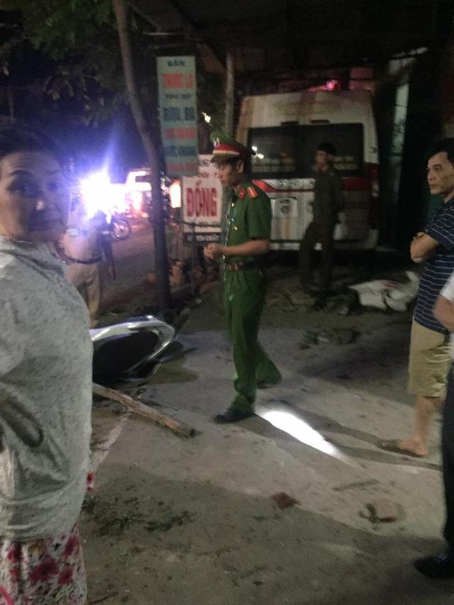 Video ô tô 16 chỗ lao lên vỉa hè, cuốn 2 người vào gầm tại Thanh Hóa - Ảnh 4.