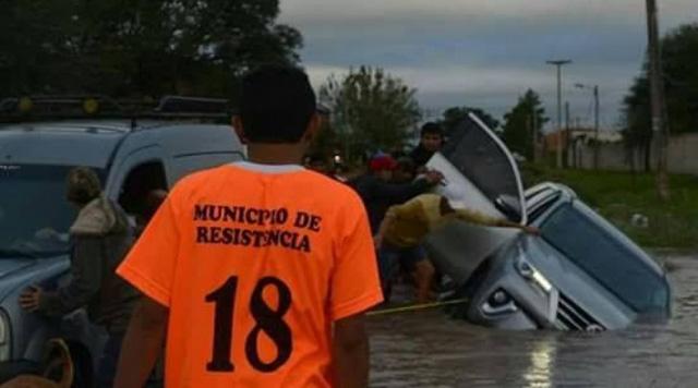 Toyota Fortuner 2017 lật ngang và chết đuối trên đường ngập nước - Ảnh 1.