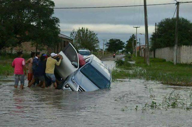 Toyota Fortuner 2017 lật ngang và chết đuối trên đường ngập nước - Ảnh 2.