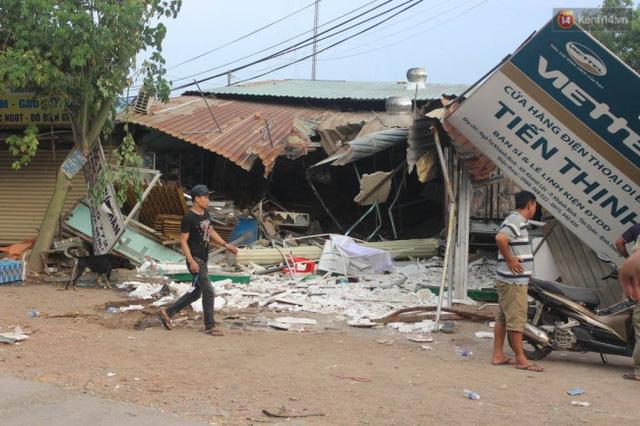 Khoảnh khắc ô tô tải đâm sập nhà dân khiến 5 người bị thương tại Bình Dương - Ảnh 4.